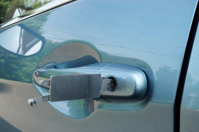 car unlock service by a locksmith green car